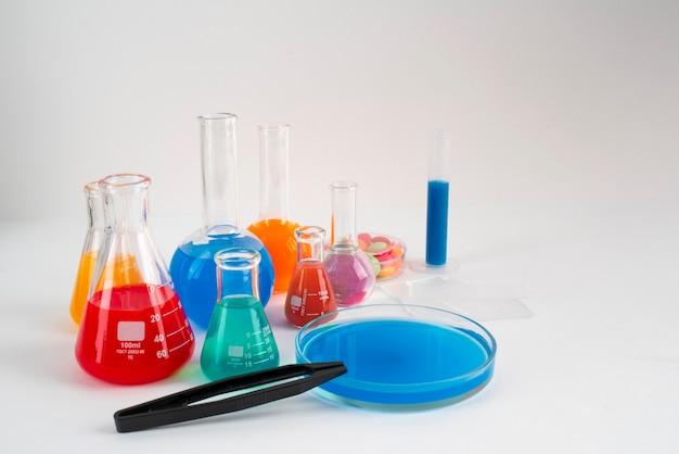 Assortiment de la journée mondiale de la science avec des tubes de chimie
