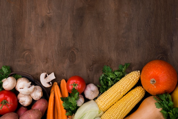 Assortiment de légumes d'automne à plat avec espace de copie