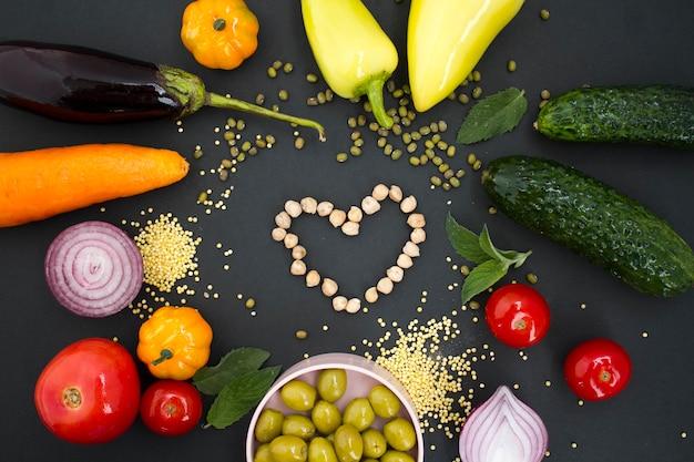Assortiment de légumes crus au cœur de pois chiches