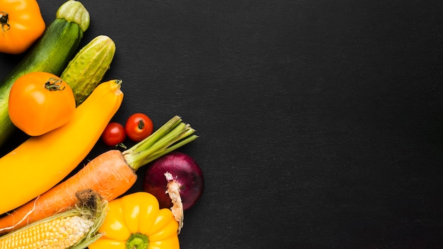 Assortiment de légumes sur fond sombre avec espace copie