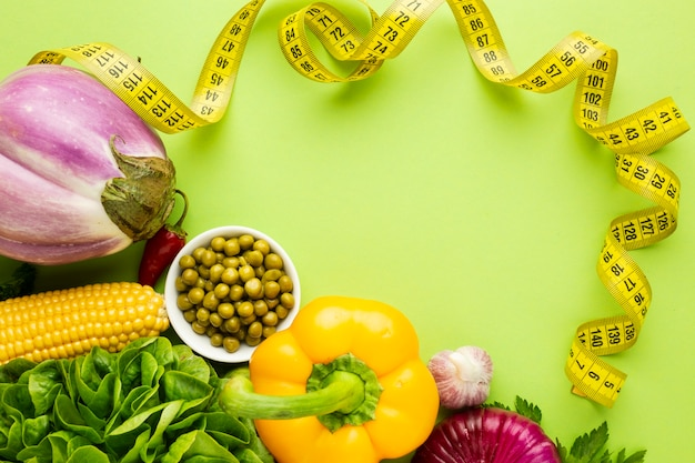 Assortiment de légumes sur fond vert