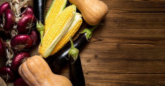 Assortiment de légumes frais d'automne avec espace copie