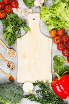 Assortiment de légumes frais et d'épices sur un fond clair