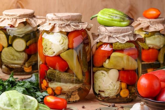 Assortiment de légumes marinés dans des pots: concombres
