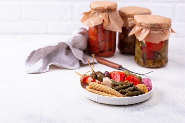 Assortiment de légumes marinés ou marinés