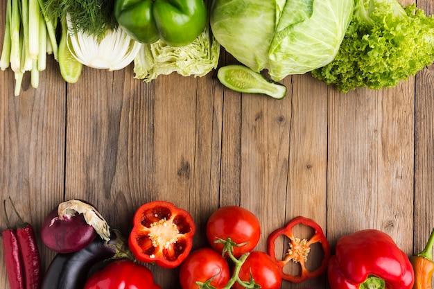 Assortiment de légumes à plat sur fond de bois