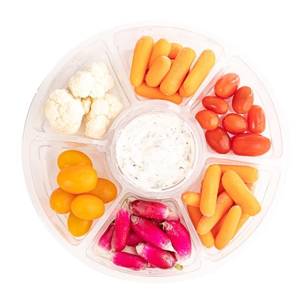 Assortiment de légumes pour l'apéritif sur fond blanc