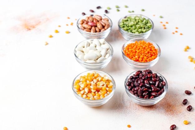 Assortiment de légumineuses et de haricots. aliments protéinés végétaliens sains.