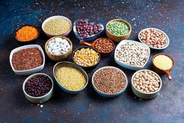 Assortiment de légumineuses et haricots dans différents bols