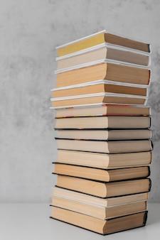 Assortiment de livres empilés à l'intérieur