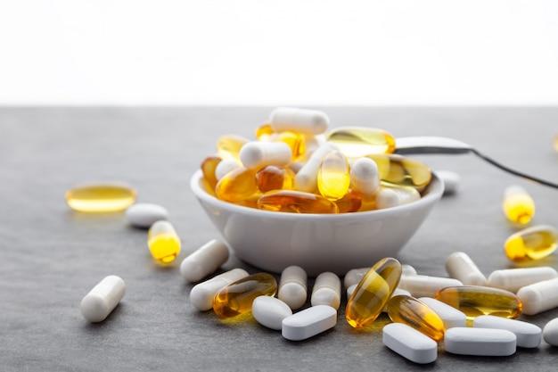 Assortiment de médicaments pharmaceutiques dans un bol