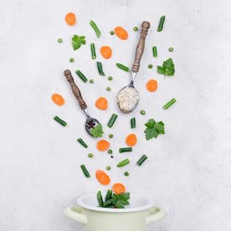 Assortiment minimaliste de différents ingrédients sur fond blanc