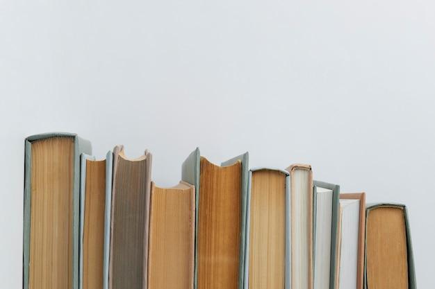 Assortiment minimaliste de différents livres