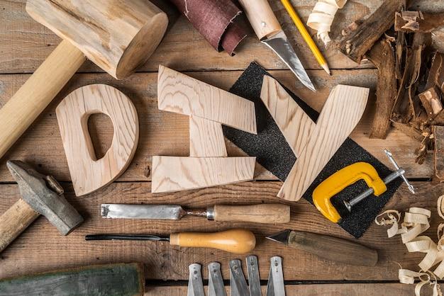 Assortiment de mots et d'outils de bricolage