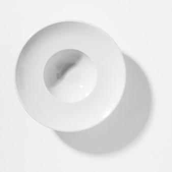Assortiment de natures mortes monochromes avec vaisselle