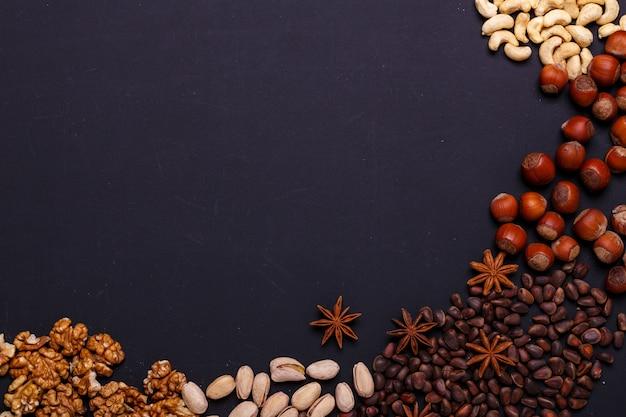 Assortiment de noix sur une ardoise noire - collation santé.