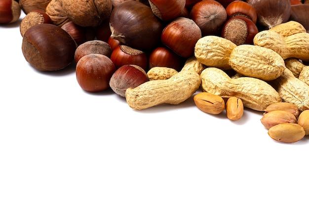Assortiment de noix en coque, sur fond blanc, aucun peuple, horizontal ,. photo de haute qualité