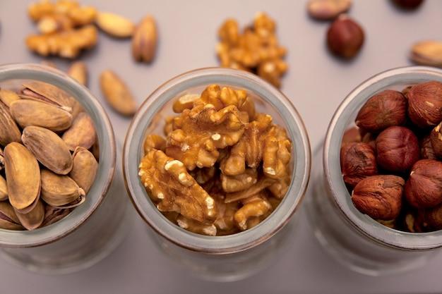 Assortiment de noix dans des bocaux en verre