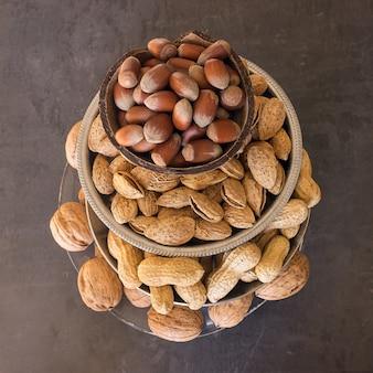 Assortiment de noix dans leur coquille