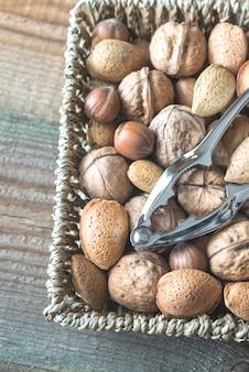Assortiment de noix dans le panier