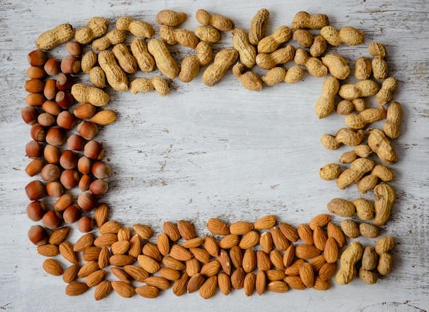 Assortiment de noix sur un fond en bois. fond de mélange de nourriture, vue de dessus, espace copie, bannière