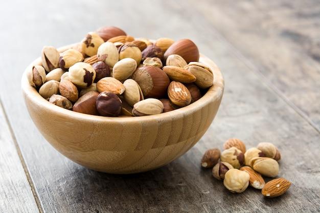 Assortiment de noix mélangées dans un bol sur une table en bois