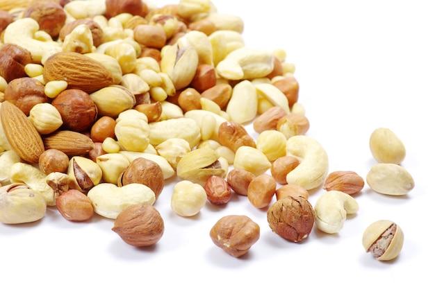 Assortiment de noix mélangées sur fond blanc