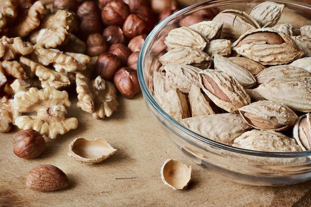 Assortiment de noix sur planche de bois. noisettes, noix et amandes, macro