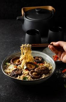 Assortiment de nouilles à angle élevé dans un bol