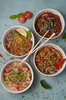 Assortiment de nouilles asiatiques dans des bols artisanaux. concept: livraison de nourriture
