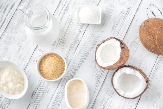 Assortiment de nourriture à base de noix de coco