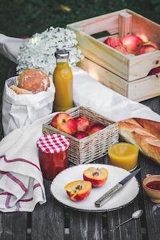 Assortiment de nourriture pour pique-nique sur table en bois.