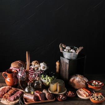 Assortiment de nourriture près du mur noir