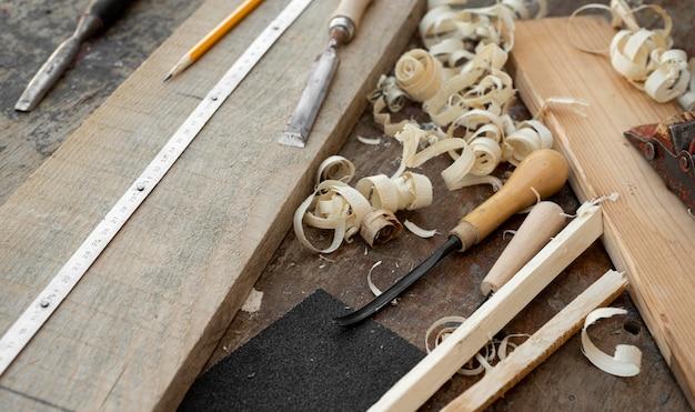 Assortiment d'objets d'artisanat en bois