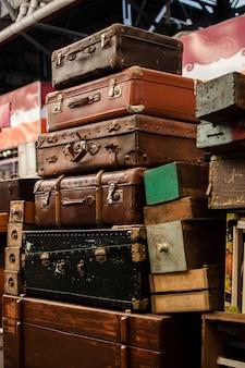 Assortiment d'objets du marché d'antiquités