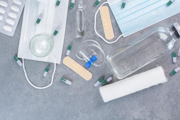 Assortiment d'outils pharmaceutiques sur surface en marbre.