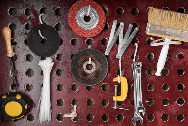 Assortiment d'outils pour travaux artisanaux