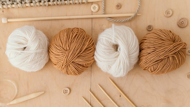 Assortiment avec outils à tricoter vue ci-dessus