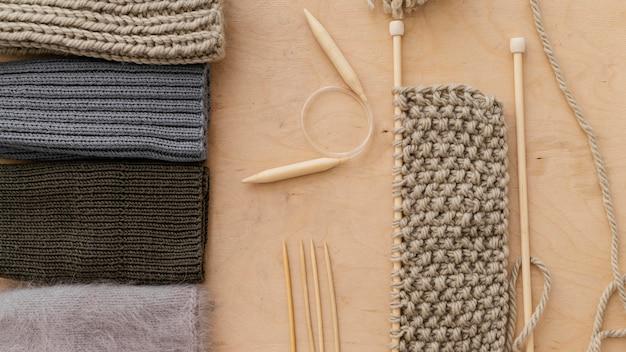 Assortiment avec outils à tricoter vue de dessus