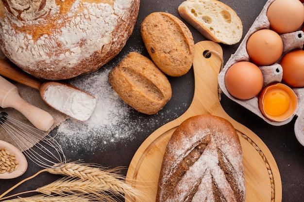 Assortiment de pain et carton d'oeufs