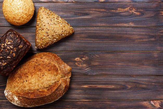 Assortiment de pain cuit au four sur fond de table en bois