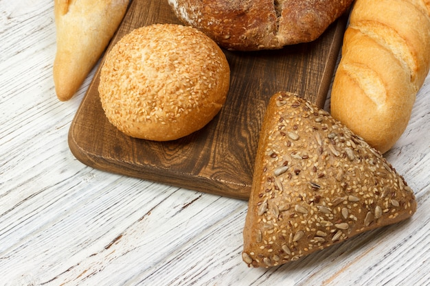 Assortiment de pain cuit au four sur une table en bois. vue de dessus avec espace de copie