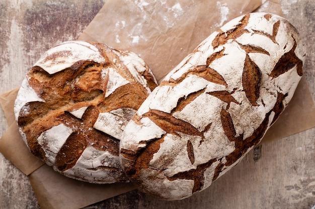 Assortiment de pain cuit au four sur table en bois.