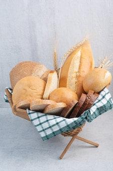 Assortiment de pain dans un panier sur une surface en marbre
