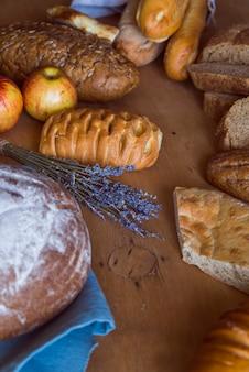 Assortiment de pain fraîchement préparé à angle élevé