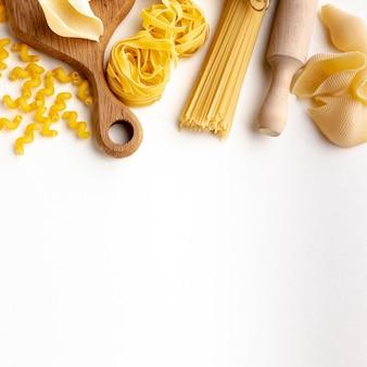 Assortiment de pâtes crues avec espace de copie