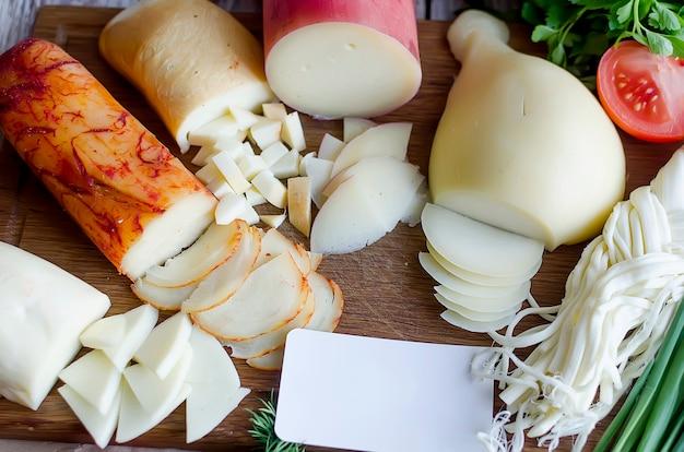 Assortiment de pâtes filées au fromage faites maison, provolone, de différentes formes et tailles sur le fond en bois, suluguni, queue de cochon, caciocavallo avec tomates et blanc vide pour le logo d'une fromagerie à domicile