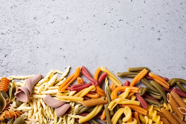 Assortiment de pâtes italiennes colorées