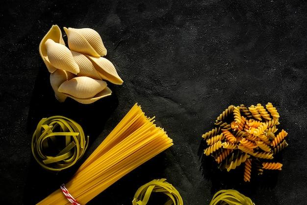 Assortiment de pâtes italiennes crues