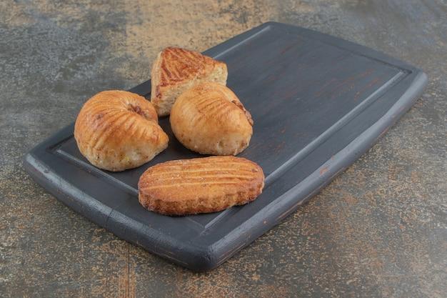 Assortiment de pâtisseries sur planche de bois
